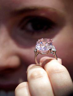 O GRAFF ROSA O diamante rosa pesa 24,78 quilates e foi vendido por US$ 46,2 milhões (mais de R$ 150 milhões) pelo bilionário joalheiro Laurence Graff em 2010, daí o nome da pedra.