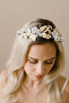 Anna rakkauden koskettaa– SUOMALAINEN HÄÄPUKU JA MORSIUSASUSTEET  Heili Bridal syntyi, koska halusimme luoda maailmaan lisää kauneutta, ja tuoda morsiamille harmoniaa, rakkautta ja romantiikkaa. Suunnittelemme ja valmistamme kaikki asusteet, hääpuvut ja infinity-mekot täysin käsityönä, jotta sinä voit tuntea olosi säteilevän kauniiksi juhlapäivänäsi. Headpiece Wedding, Wedding Veils, Bridal Headpieces, Nordic Wedding, Flower Tiara, Hair Vine, Floral Hair, Alternative Wedding, Bridal Hair Accessories