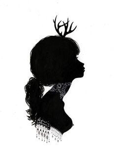 Фото Черный силуэт девушки с обнаженной грудью и миниатюрными рогами оленя
