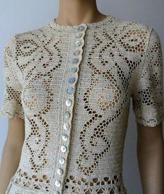 Необыкновенной красоты платье, связанное крючком в технике филейного кружева. Растительные мотивы преобладают в схемах вязания к этому платью. Схема вязания