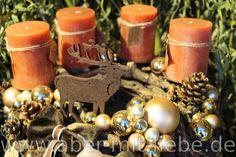 #Astkranz als #Adventskranz mit rostfarbenen #Kerzen, goldenen Kugeln, einem Filzhirsch und einer Schleife aus braunem Fell.  Adventsfloristik von www.aber-mit-liebe.de