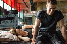 Theo James and Shailene Woodley on divergent set. Sheo is real Divergent 2014, Divergent Fandom, Divergent Trilogy, Divergent Insurgent Allegiant, Divergent Funny, Four From Divergent, Disney Divergent, Divergent Scenes, Tfios