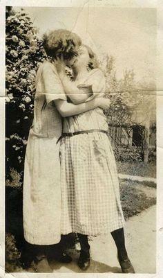 Lesbian Love, Vintage Lesbian, Vintage Couples, Vintage Love, Lesbian Couples, Vintage Woman, Lesbian Pride, Vintage Pictures, Vintage Images