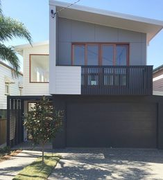 Like combination of render and cladding Hate - grey rectangular finish House Paint Exterior, Dream House Exterior, House With Balcony, Balcony Railing Design, Model House Plan, Long House, Facade House, Reno, House Goals