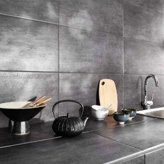 carrelage mural et plan de travail cuisine effet métal gris