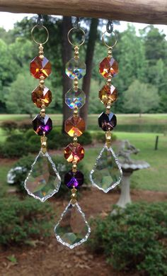 """A suncatcher or light catcher is a small, reflective glass or nacre piece that is hung indoors at windows to """"catch the light"""" from a nearby source. A suncatcher is like the optical equivalent of a wind chime Wire Crafts, Bead Crafts, Diy And Crafts, Garden Crafts, Garden Art, Garden Design, Sun Catchers, Diy Wind Chimes, Crystal Wind Chimes"""