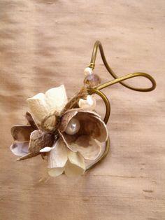 Νυφικό Κολιέσύρμα Ορείχαλκου με πέρλες και λουλούδια από κουκούλι του μεταξοσκώληκα!Λαιμαριά σύρμα με κουκούλιφυσικό χρώμαΑυτό κι αν είναι νυφικό κόσμημα!!νυφικό βραχιόλι κουμπάρας ή νύφηςσε …