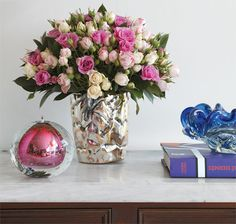 """O vaso de prata de 1960 soa perfeito para as pequenas rosas spray arranjadas pelo florista Vic Meirelles. """"Ele ilumina o arranjo, feito com três tons da mesma flor e folhas de ruscus. Dica do florista: """"Em vez de água, gosto de usar espuma floral úmida. Aqui, ela foi cortada no mesmo diâmetro do vaso, de 20"""