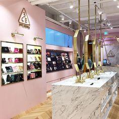 Vmd에 있는 anna ahn님의 핀 салон красоты beauty bar, дизайн салона 및 дизайн магаз Boutique Interior, Salon Interior Design, Boutique Design, Stylenanda Pink Hotel, Beauty Salon Decor, Beauty Bar, Cosmetic Shop, Store Interiors, Retail Interior