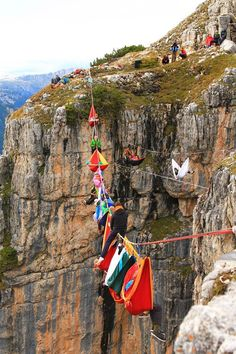 Ok now this is crazy. Theres even 1 guy sitting on top of the rope. I wouldnt do this.....