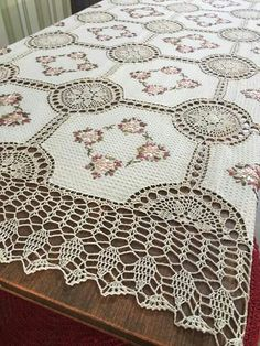 This Pin was discovered by ays Crochet Afghans, Crochet Bedspread, Crochet Fabric, Crochet Quilt, Crochet Tablecloth, Crochet Home, Crochet Motif, Crochet Doilies, Crochet Patterns