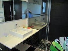 Luxe villa in een van de prestigieuze woonwijken van Torrevieja. Gelegen in een rustige omgeving op 2 km van de stranden en 500m van alle winkels. Villa met 5 slaapkamers, 5 badkamers en 1 apart toilet. Totale bewoonbare oppervlakte bedraagt 400 m² op een perceel van 807 m². Enkele kenmerken: * Moderne architectuur * Centrale airconditioning en verwarming * Privaat zwembad * Irrigatie systeem * Afgewerkt met materiaal van hoge kwaliteit Prijs: € 785.000 www.starttobuyinspain.com