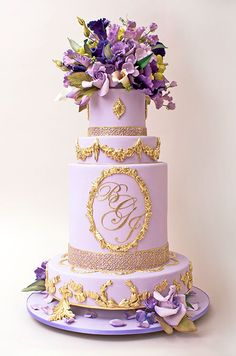 How stunning is this purple monogrammed wedding cake? The sugar flowers especially stunning.