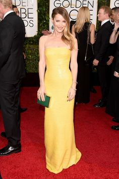 Golden Globe Awards 2015, Leslie Mann: hair & make-up perfection! Allowing her hair to grow out in a more natural color really complements her complexion.