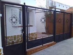 Resultado de imagen para rejas con mallas para frentes de casas Grill Door Design, Gate Design, Iron Doors, Iron Gates, Loft Design, House Design, Old Garden Gates, Metal Work Bench, Metal Structure