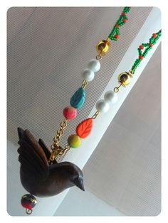Collar largo con piedras semipreciosas, dije tallado en madera y cadena tejida en chaquiritas. Producto exclusivo RIOS URBANOS