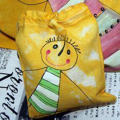 Malovaný dárkový pytlíček s klukem žlutý Bavlněné stahovací pytlíčky v žlutém odstínu, malovány a barveny ručně. Vhodné jako originální obal menších dárečku, např. trička,dřevěného pexesa nebo hevábné kravatynebo peněžního daru. Možné použít na na sušené bylinky, houby, ovoce, na poklady, sponky a další! 16 x 18 cm Cena za 1 ks Mohu dopsat jméno.