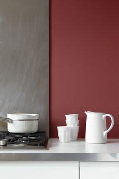Cucina moderna, abbinamento colori pareti, grigio e rosso bordeaux, utensili porcellana colore bianco