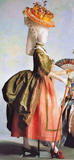 La robe à la polonaise. Cette robe fut très en vogue entre 1776 et 1787. C'est une variante de la robe à la française.