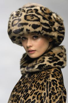 Blumarine leopard coat and hat Leopard Fashion, Animal Print Fashion, Fur Fashion, Fashion Prints, Animal Prints, Milan Fashion, Fashion Wear, Fasion, Estilo Glamour