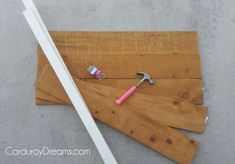 how to make a pallet sign WITHOUT the pallet | The Creative MomThe Creative Mom