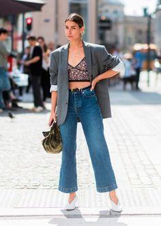 Street style look com blazer, cropped top, calça culotte jeans e scarpin