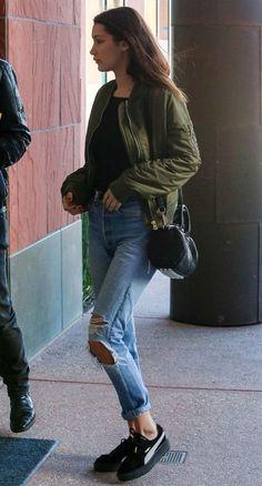 10 looks para copiar de Bella Hadid. Bomber jacket, blusa preta, calça jeans destroyed, tênis puma preto