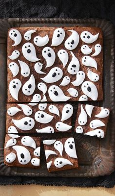 We've got the best Marshmallow Ghost Brownies recipe right here! Here's how to make this epic Halloween dessert. Dulces Halloween, Postres Halloween, Halloween Snacks For Kids, Halloween Appetizers, Halloween Desserts, Halloween Cookies, Diy Halloween, Halloween Chocolate, Halloween Dinner