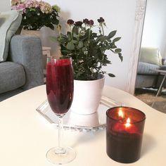 God morgon! Rödbetan satte färg på smoothien. ✔️Rise & shine beetroot smoothie time! #smoothie #rödbetsjuice #citron #ingefära #äpple #morot #vetegräs #is #miniros #blomma #kruka #krukväxt #öob #doftljus #rituals #soffa #mitthem #myhome #nordichome #scent #flowers #beetroot #beetrootsmoothie #apple #lemon #carrot #ice #wheatgrass #ginger #rödbeta