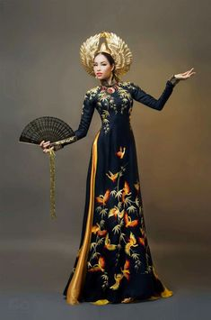 Miss Universe Vietnam 2015 National Costume (black version)Ao dai (Áo dài) bears the traditional beauty, contains exquisite beauty of Vietnam costume. Runway Fashion, Fashion Models, Fashion Show, Fashion Outfits, Fashion Design, Celebrities Fashion, Ao Dai, Vietnamese Dress, Chinese Clothing