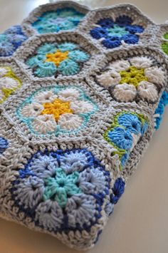 't Bezige Bijtje Catania en Phildar Coton 3 African flower join as you go Crochet Home, Love Crochet, Crochet Motif, Crochet Stitches Patterns, Crochet Designs, Crochet Baby, Knit Crochet, Hexagon Crochet, Crochet Granny