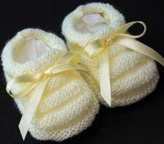 FAZENDO ARTE COM AMOR: SAPATINHO GOMINHO PARA BEBÊ Baby Knitting Patterns, Baby Booties Knitting Pattern, Knit Baby Booties, Knitted Baby Clothes, Crochet Baby Shoes, Crochet Slippers, Baby Patterns, Baby Bootees, Crochet Chain