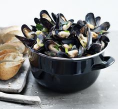 Mussels recipe in Dutch from Italiaans koken met Antoinette. Dutch Recipes, Cooking Recipes, Healthy Recipes, Healthy Food, Belgium Food, Cooking With Beer, My Cookbook, Finger Foods, Love Food