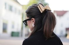 Love the adult hair bow... and of course the Wayfarers.