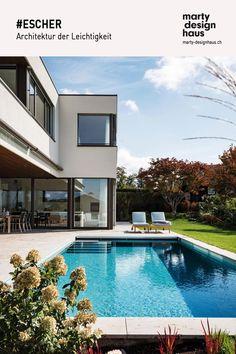 Das #Einfamilienhaus mit vollverglasten Bereichen zum Garten und Pool . Design Your Home, Style At Home, Smart Home, Inspiration, Mansions, House Styles, Outdoor Decor, Houses, Home Decor