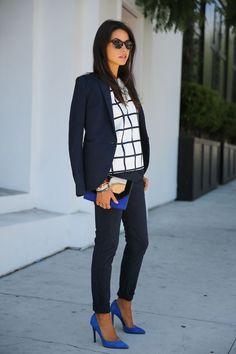 azul eléctrico en un look clásico b/n