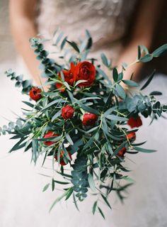 Röd grön bukett brud bröllop eucalyptus