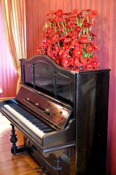 Zdjęcie numer 13 w galerii - Zamek Książ tonie w kwiatach i przeżywa prawdziwe oblężenie [ZDJĘCIA] Piano, Music Instruments, Musical Instruments, Pianos