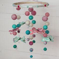 Яркий мобиль детский handmade Бабочки в качестве первого подарка новорожденному на кроватку. Игрушка – мобиль выполнена в виде деревянного круга с подвешенными на завязках шариками и бабочками, украшен кружевами и бусинами. Прекрасная интерактивная игрушка для развития мелкой моторики ребенка