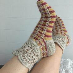 Pitsivarrellisen villasukan neulonta/virkkausohje Crochet Boot Socks, Knit Slippers Free Pattern, Knitted Slippers, Slipper Socks, Knitting Socks, Knit Crochet, Mitten Gloves, Mittens, Colorful Socks
