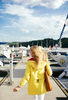 A classic yellow raincoat Looks Style, Style Me, Classy Style, Spring Summer Fashion, Autumn Winter Fashion, Summer Winter, Casual Summer, Spring Style, Yellow Raincoat