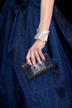 Los mini-bolsos son la tendencia más fuerte en complementos en el festival de Cannes. Este es el de Mila Jovovich en el 7 día.