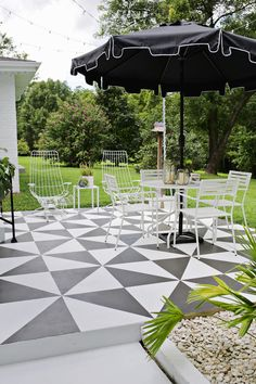 black and white painted patio/Amazing! Painted Patio Tile DIY (click through for tutorial Patio Tiles, Outdoor Tiles, Patio Flooring, Outdoor Rooms, Indoor Outdoor, Outdoor Decor, Outdoor Living, Outdoor Kitchens, Casa Patio
