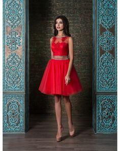 Sexi mini krátke spoločenské šaty s odhaleným bruškom. Zvršok je ušitý z jemnej čipky, sukňa je z viacerých vrstiev tylu.