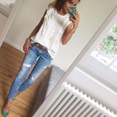 White top, skinny jeans, brown sandals & belt