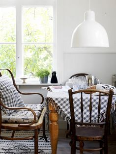 11 Stylish and Modern Blue Gingham Interiors Cute Kitchen, Kitchen Nook, Vintage Kitchen, Kitchen Chairs, Kitchen Dining, Dining Bench, Kitchen Ideas, Kitchen Decor, Buffet