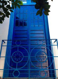 Puerta azul sobre una calle capitalina