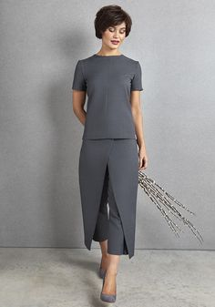 The Florence Roby Pavia Tunic is available in 4 colours and in the sizes This simply styled beauty tunic is perfect for spa or salon. Spa Uniform, Hotel Uniform, Uniform Shop, Beauty Salon Uniform Ideas, Beauty Tunics, Salon Wear, Beauty Uniforms, Salon Pictures, Work Uniforms