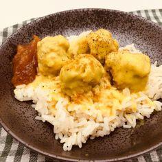 Lige som stegt flæsk med persillesovs er vores nationalret, så kunne boller i karry være hofretten i vores familie. Det gør den selvfølgelig endnu bedre, når den er lavet helt fra bunden og når der er ris og chutney til. Den må godt være lidt skarp og alligevel børnevenlig, så karryen skal ristes godt af. En stærk mangochutneypasser godt til.   #karry #kødboller #ris