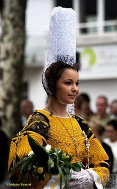 France The tall lace headdress signifies the traditional costume of Bretagne (Brittany) Folklore, Festival Interceltique, People Around The World, Around The Worlds, Celtic Nations, Costumes Around The World, Ethnic Dress, Folk Costume, World Cultures
